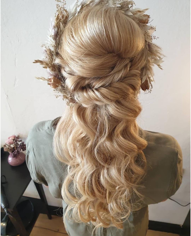 Haarstyling blondes Haar mit Wellen wunderschöner Frisur von Lara HAIR & MAKE-UP